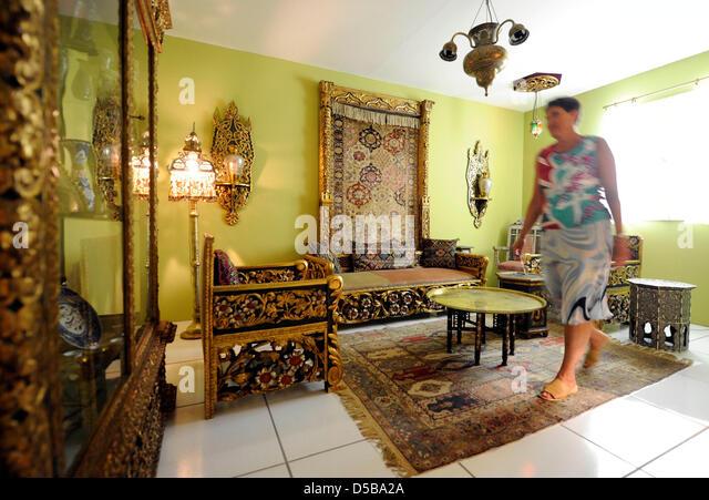 Eine Frau Blickt Auf Die Oriental Wohnzimmer Von Ida Rieser Im Badisches Landesmuseum In