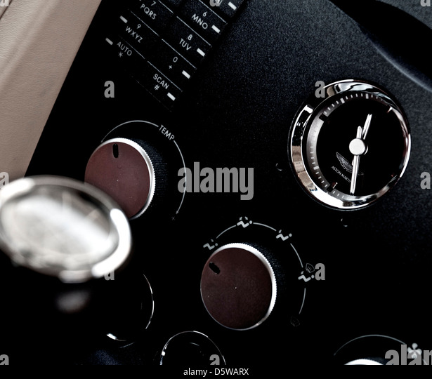 aston martin v8 vantage dashboard stockfotos aston. Black Bedroom Furniture Sets. Home Design Ideas