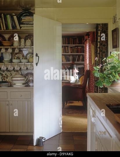 Cottage Küche Mit China Sammlung Auf Kalk Gewaschen Kommode Neben Offene  Tür Zu Ferienhaus