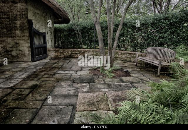 shade tree bench garden stockfotos shade tree bench. Black Bedroom Furniture Sets. Home Design Ideas