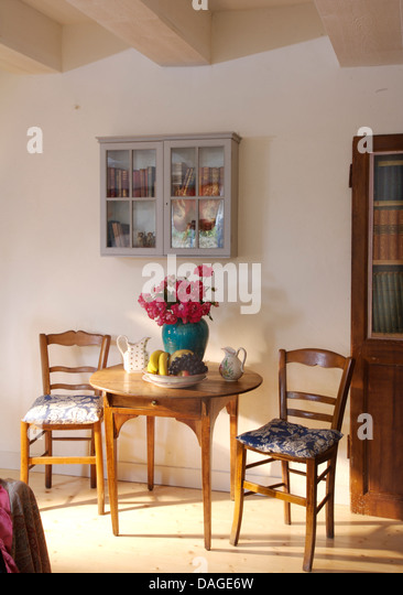 small antique table chairs in stockfotos & small antique table, Esszimmer dekoo