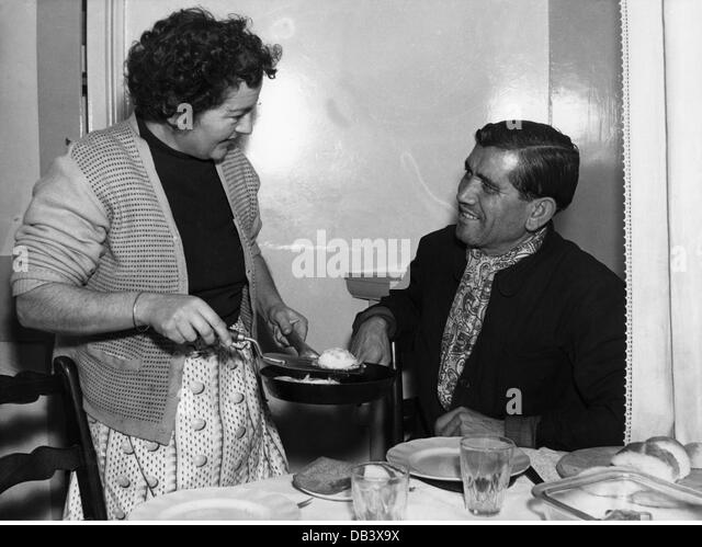 1950s housewife stockfotos 1950s housewife bilder alamy for Kochen 50er jahre