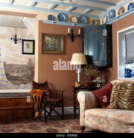 Wandbild über Dem Dunklen Holz Regiestuhl In Rosa Hütte Wohnzimmer Mit  Antikem Eckschrank Und Blaue +