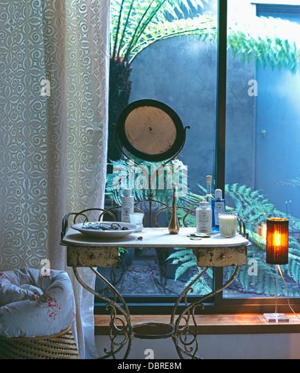 Mirrors drapes soft furnishings stockfotos mirrors for Schminktisch metall
