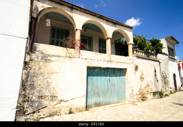 Steinhaus mit veranda  Stone House Veranda In Village Stockfotos & Stone House Veranda In ...