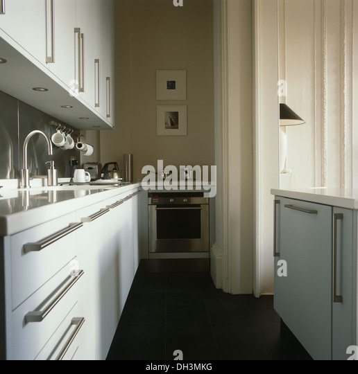 Aus Gebürstetem Stahl Griffe Auf Weißen Schränke In Pantry Küche Mit  Schiefer Bodenbelag Und Stockbild