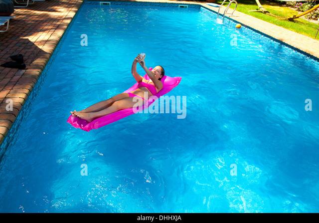 Teenage girls beach bikini stockfotos teenage girls for Aufblasbare pools im angebot
