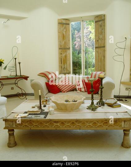 Ess Indonesischen Couchtisch Im Wohnzimmer Mit Weissen Sofa Roten Kissen Vor Fenster Hlzernen