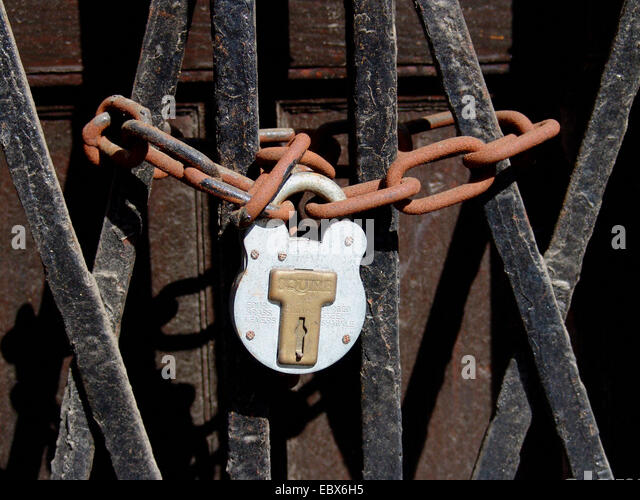 Verschlossene tür  Lock Chain Door Chained Stockfotos & Lock Chain Door Chained ...