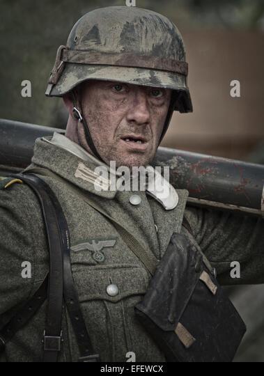 foto soldat der wehrmacht in einem panzergraben an der