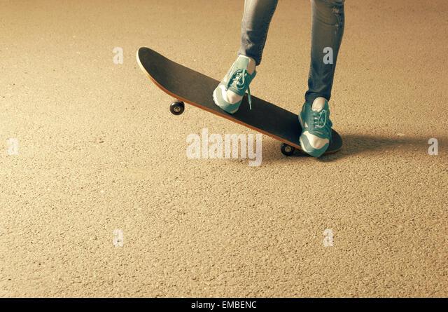 weibchen auf skateboard beine und eine menge exemplar auf asphalt stockbild - Skateboard Bank Beine