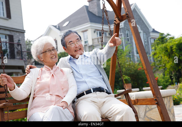 porch swing couple stockfotos porch swing couple bilder alamy. Black Bedroom Furniture Sets. Home Design Ideas
