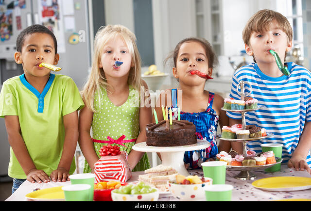 6 year old girl birthday cake stockfotos 6 year old girl birthday cake bilder alamy. Black Bedroom Furniture Sets. Home Design Ideas