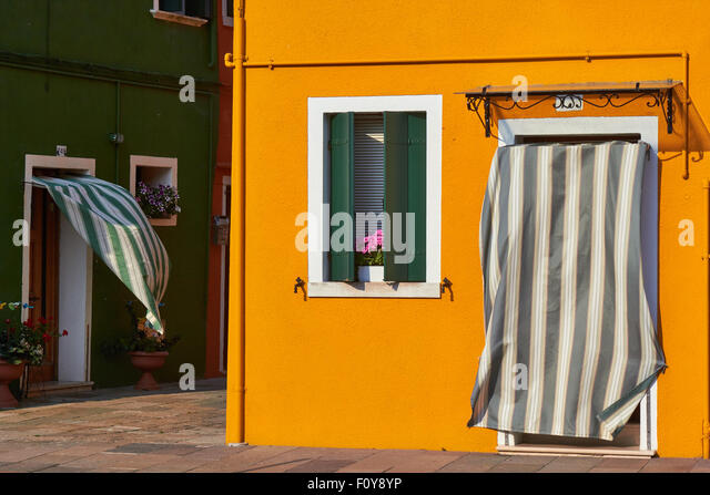 curtains blowing stockfotos curtains blowing bilder alamy. Black Bedroom Furniture Sets. Home Design Ideas