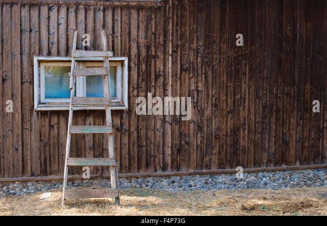 wooden ladder against wall stockfotos wooden ladder against wall bilder alamy. Black Bedroom Furniture Sets. Home Design Ideas