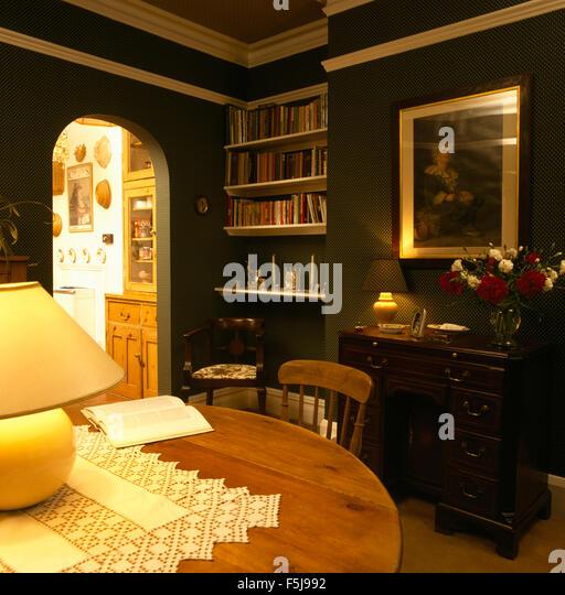Beleuchtete Lampe Auf Einer Kiefer Tabelle In Ein Dunkles Grün 70er Jahre  Esszimmer Stockbild