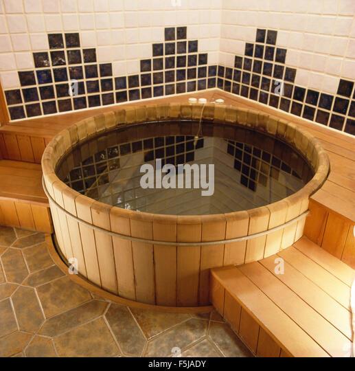 Holzstufen Auf Whirlpool Badewanne Im 80er Jahre Bad Stockbild