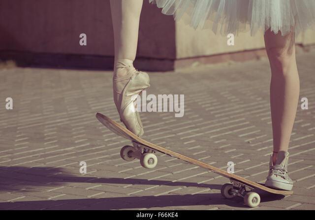 die beine einer ballerina auf einem skateboard fe in sneakers und ballettschuhe beschlagen moderne - Skateboard Bank Beine