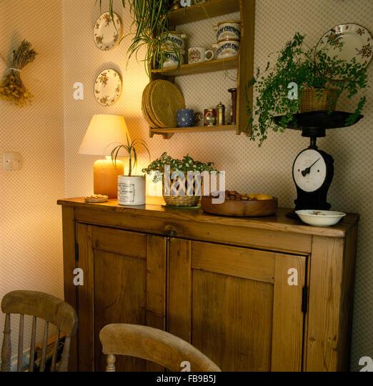 Kleine Kiefer Regal An Wand über Kiefer Schrank Mit Beleuchteten Lampe 70er  Jahre Esszimmer Stockbild