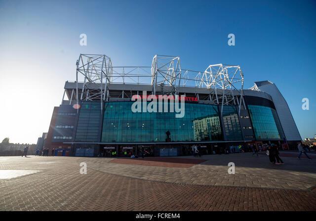 Februarie Old Trafford este gata și se poate juca fotbal. Fix la timp. Pentru că cu câteva zile înainte, vechiul stadion al lui United – Bank Street a fost distrus de un uragan. Meciul de inaugurare n-a fost însă unul fericit. United a pierdut cu în fața marii rivale Liverpool și a încheiatMAI MULT.