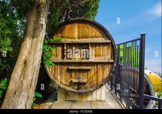 giant wine barrel stockfotos giant wine barrel bilder alamy. Black Bedroom Furniture Sets. Home Design Ideas