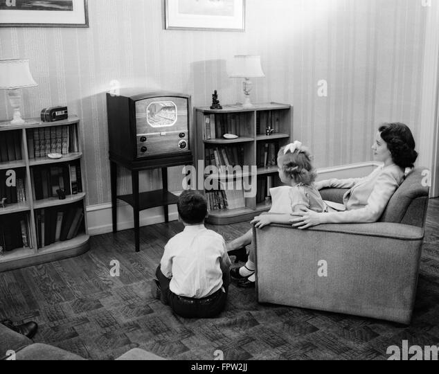 Family tv 1950s stockfotos family tv 1950s bilder alamy for Wohnzimmer 1950
