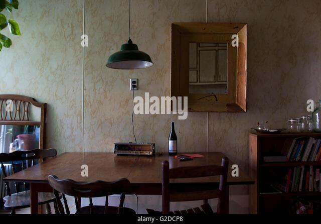 affordable old fashioned kche mit tisch und sthlen laminat wand stockbild with laminat wand kche - Kchen Mit Weien Schrnken Und Edelstahlgerten