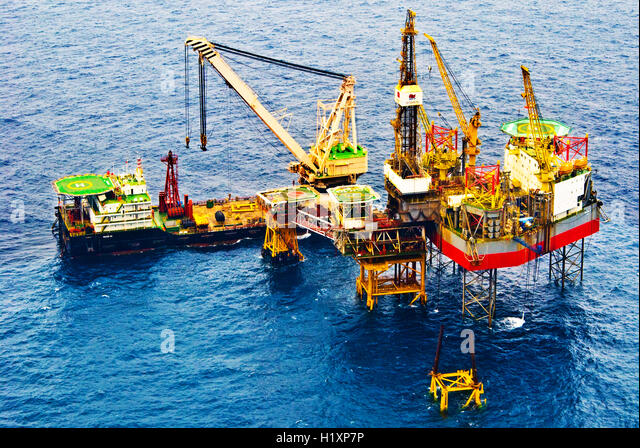 oil mining sea equipment stockfotos oil mining sea equipment bilder alamy. Black Bedroom Furniture Sets. Home Design Ideas