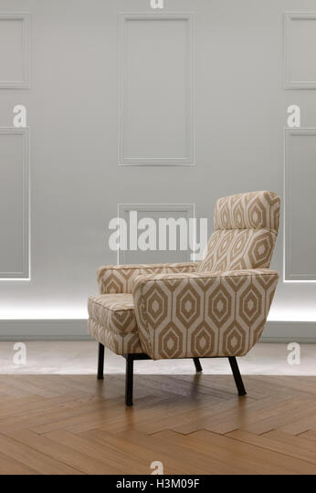 Sessel Im Wohnzimmer Mit Grauen Wand Hochformat Stockbild