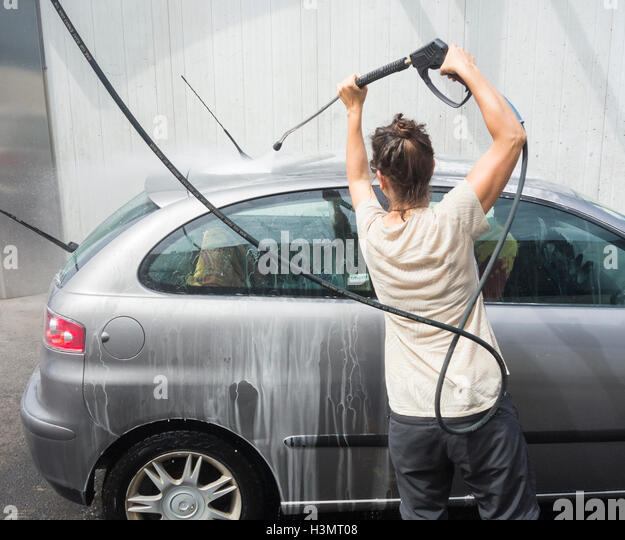 woman pressure washer stockfotos woman pressure washer bilder alamy. Black Bedroom Furniture Sets. Home Design Ideas