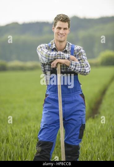 Junger landwirt bei der arbeit  Landwirt Stockfotos & Landwirt Bilder - Alamy