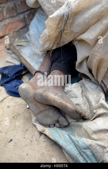 barefoot homeless stockfotos barefoot homeless bilder alamy. Black Bedroom Furniture Sets. Home Design Ideas