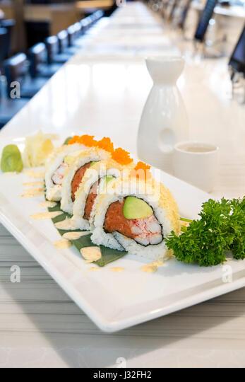 Knusprige Sushi Rollen Auf Einem Weissen Teller Serviert Mit Saki Am Restaurant Zahler Nach Oben
