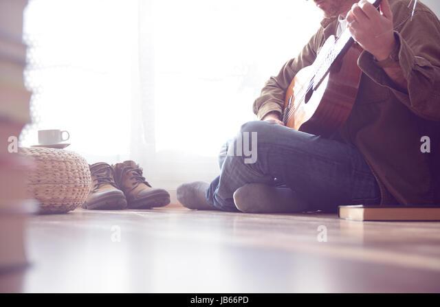 Junger Mann Sitzt Auf Dem Parkett Im Wohnzimmer Gitarre Zu Spielen Leere Kopie Platz Fr