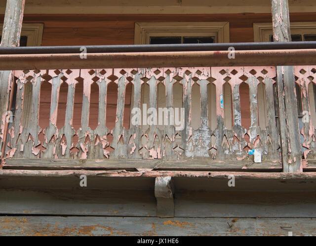 balkonbrustung das kleine dorf tsaghveri im kleinen kaukasus georgiens hat holz architektur in alten russischen stil balkongelander
