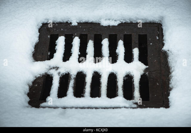 gully manhole stockfotos gully manhole bilder alamy. Black Bedroom Furniture Sets. Home Design Ideas