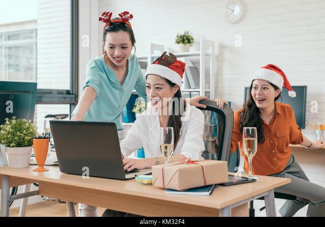 Santa on computer stockfotos santa on computer bilder for Verkauf von mobeln im internet