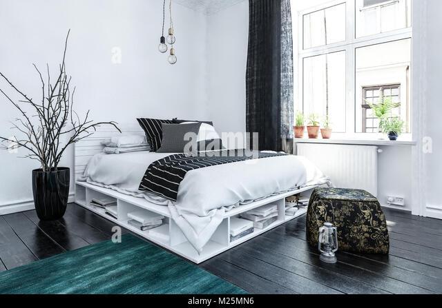 Ordentlich Modernes Schlafzimmer Innenraum Mit Grau Und Weiß Gehaltene  Einrichtung Und Ein Elegantes Bett Mit Speicherplatz Unten Auf Einen  Holzboden, ...