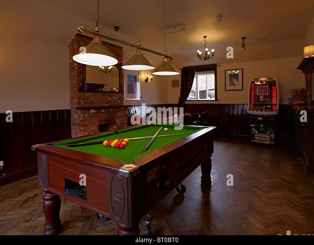 Sala Da Biliardo In Inglese : Il tavolo da biliardo nella sala giochi di un vecchio pub inglese o